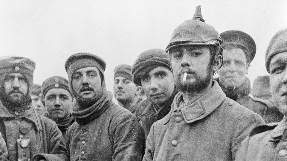Wspólne zdjęcie żołnierzy niemieckich i brytyjskich - Źródło: commons.wikimedia.org