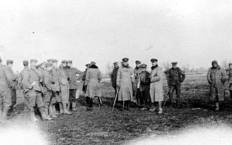 Zdjęcie żołnierzy brytyjskich i niemieckich wykonane na tzw. ziemi niczyjej, 25 grudnia 1914 roku - Źródło: commons.wikimedia.org