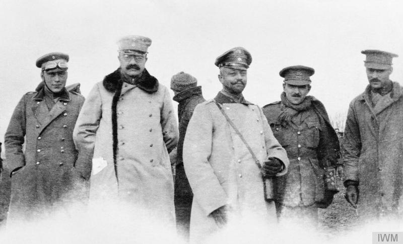 Niemieccy i brytyjscy oficerowie, 25 grudnia 1914 roku - Niezwykłe święta na froncie zachodnim - Źródło: Imperial War Museum