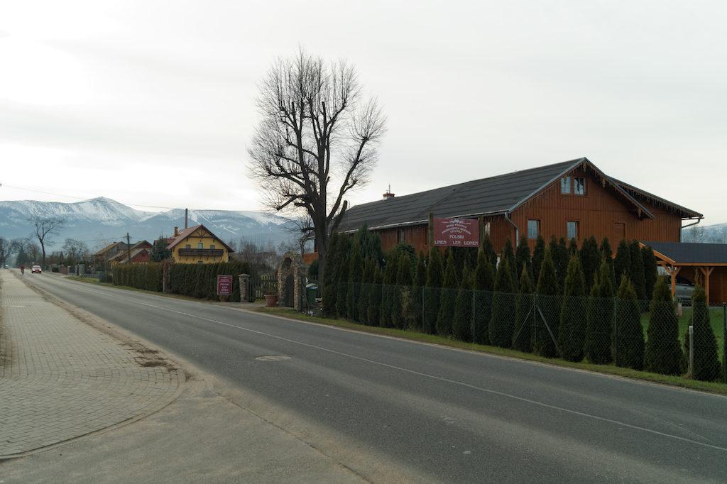 Domy tyrolskie, w tle Karkonosze i Śnieżka
