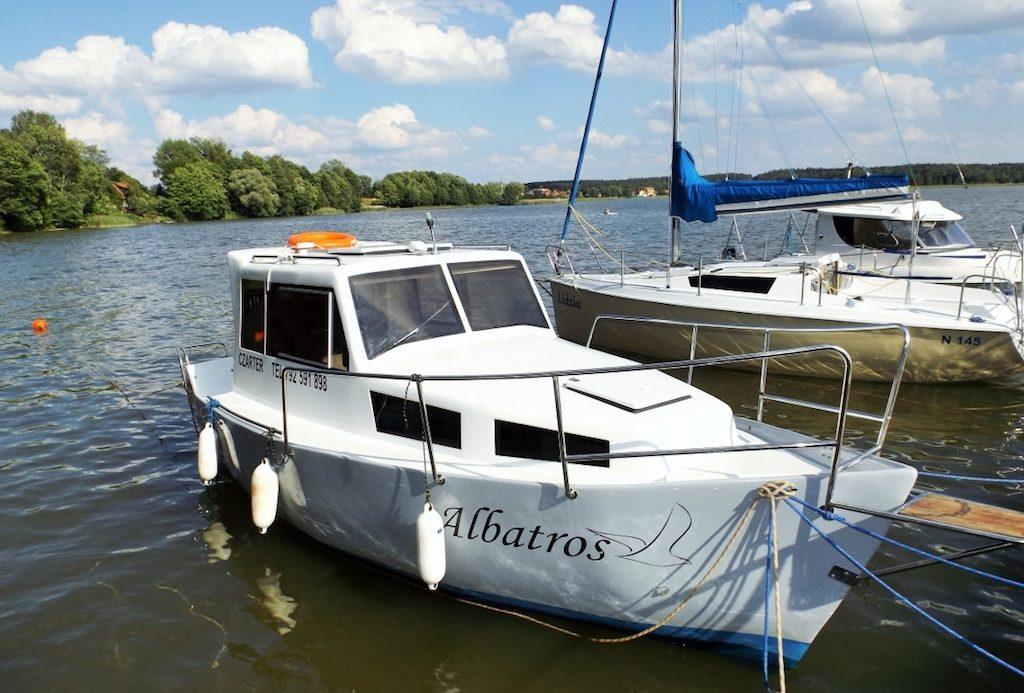 Czarter jachtów motorowych na Mazurach - Doskonały sposób na spędzanie wolnego czasu w Krainie Wielkich Jezior Mazurskich