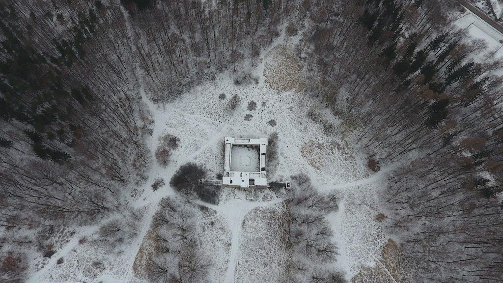 Totenburg położony jest na zboczu góry Niedźwiadki – Foto: Michał Jabłoński