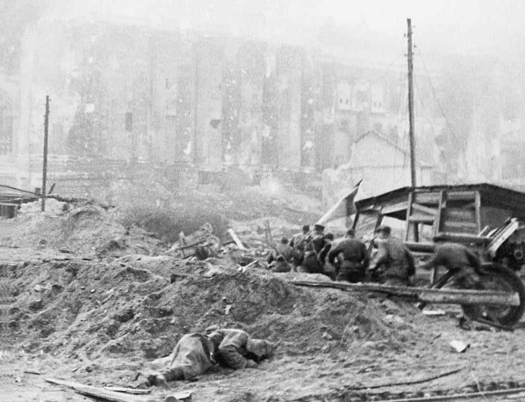 Żołnierze Armii Czerwonej i haubica 122 mm