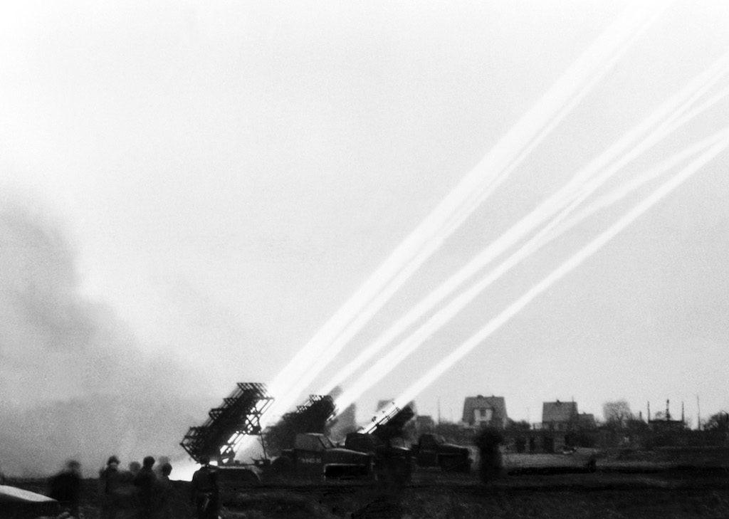 Ostrzał prowadzony przez wyrzutnie BM-31 tzw. Katiusze