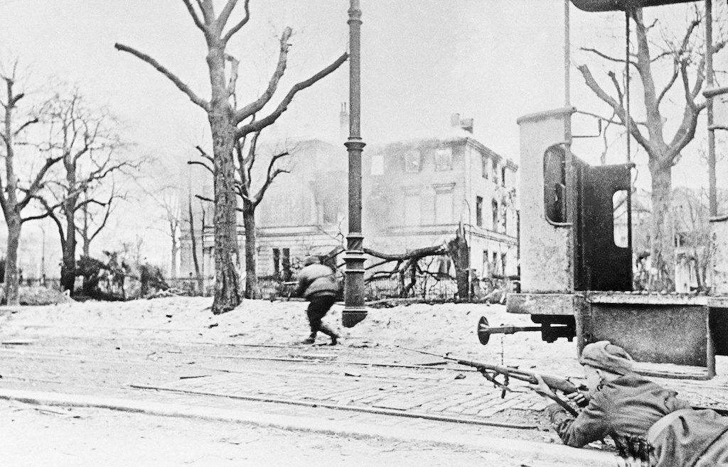 Żołnierze Armii Czerwonej szturmują miasto