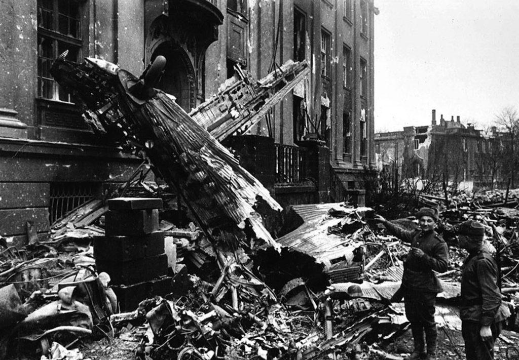 Szczątki zestrzelonego samolotu Ju-52 przy pl. Powstańców Śląskich, budynek Tauronu