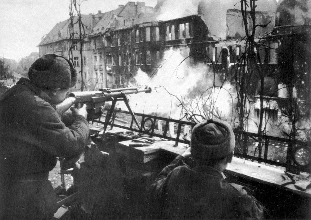 Czerwonoarmiści w walkach o Festung Breslau, jeden z żołnierzy strzela z karabinu przeciwpancernego PTRS-41