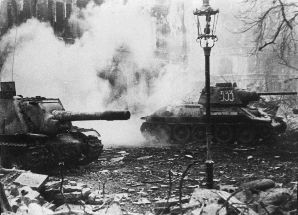 Sowieckie działo samobieżne ISU-152 i czołg T-34 na ulicach Wrocławia