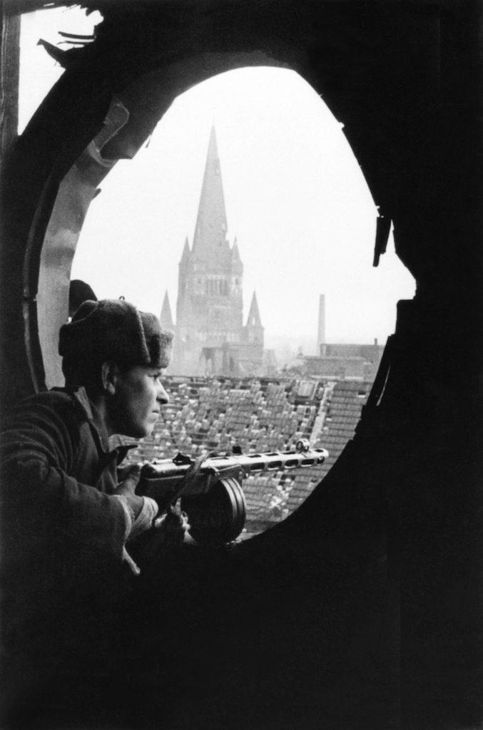 Sowiecki żołnierz, w tle wieża kościoła św. Augustyna