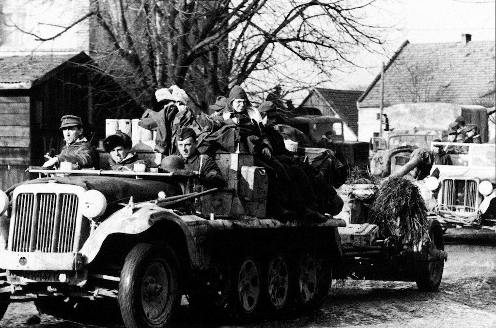 Kolumna wojsk niemieckich, na pierwszym planie lekki ciągnik Sd.Kfz. 10