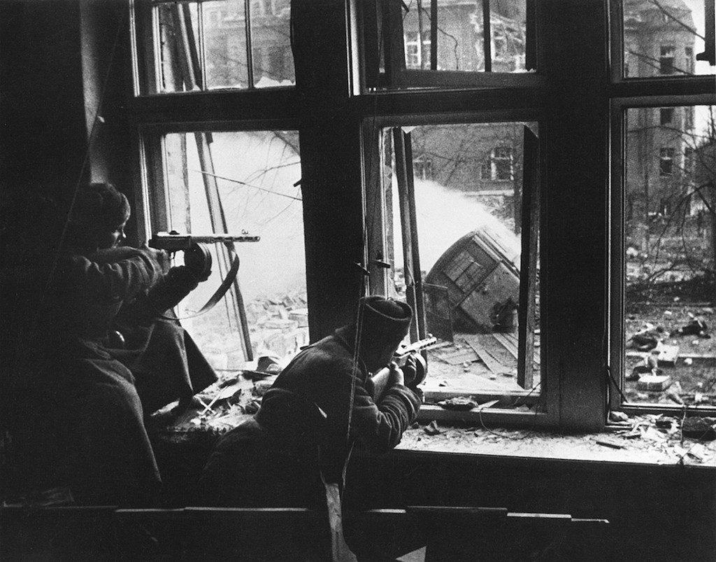 Ten sam moment, ale uchwycony z okna budynku, żołnierze osłaniają saperów