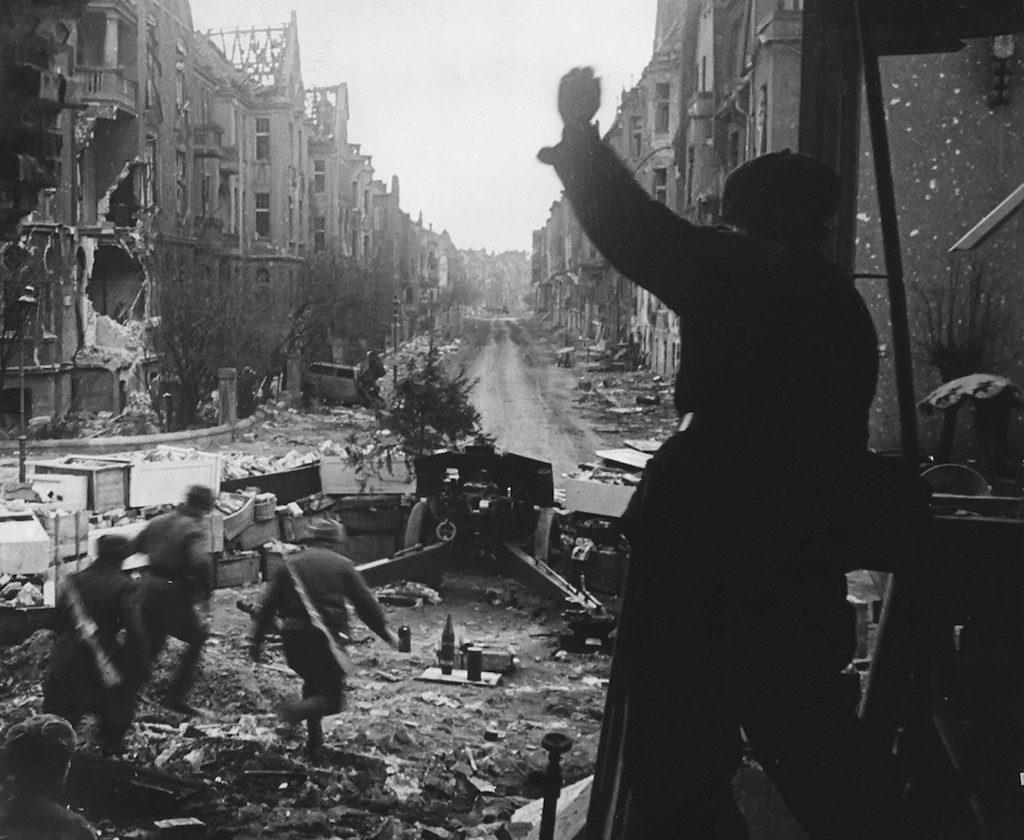 Sowieccy żołnierze wraz z haubicą 122 mm na ul. Drukarskiej