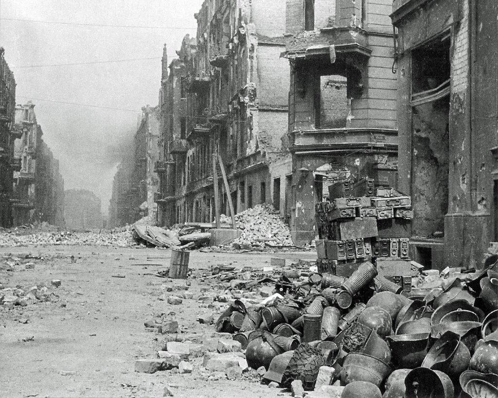Zniszczony Wrocław i góra sprzętu wyposażenia niemieckiego żołnierza, prawdopodobnie skrzyżowanie ul. Trzemeskiej z ul. Legnicką
