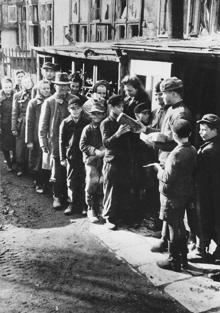 Sowieccy żołnierz rozdają chleb mieszkańcom Wrocławia