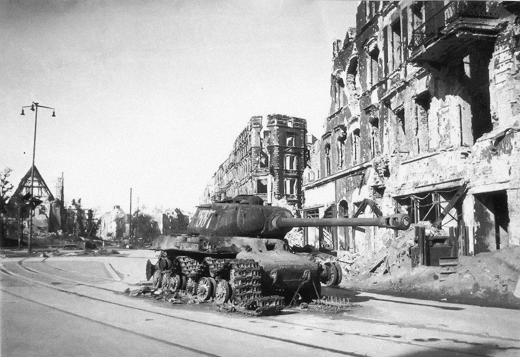 Zniszczony radziecki ciężki czołg IS-2 na ul. Legnickiej