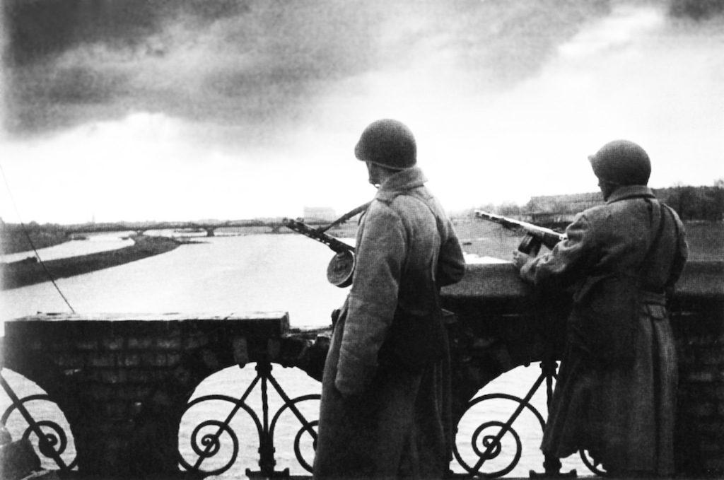 Żołnierze sowieccy na Moście Osobowickim, rzeka Odra