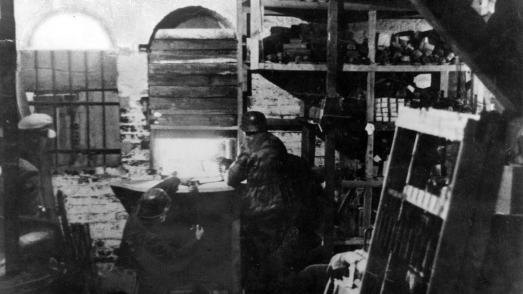 Żołnierze niemieccy prowadzą ostrzał ze stanowisk ukrytych w budynkach