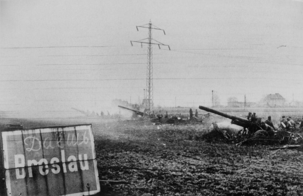 Bateria armatohaubic MŁ-20 (152 mm) podczas ostrzału Breslau