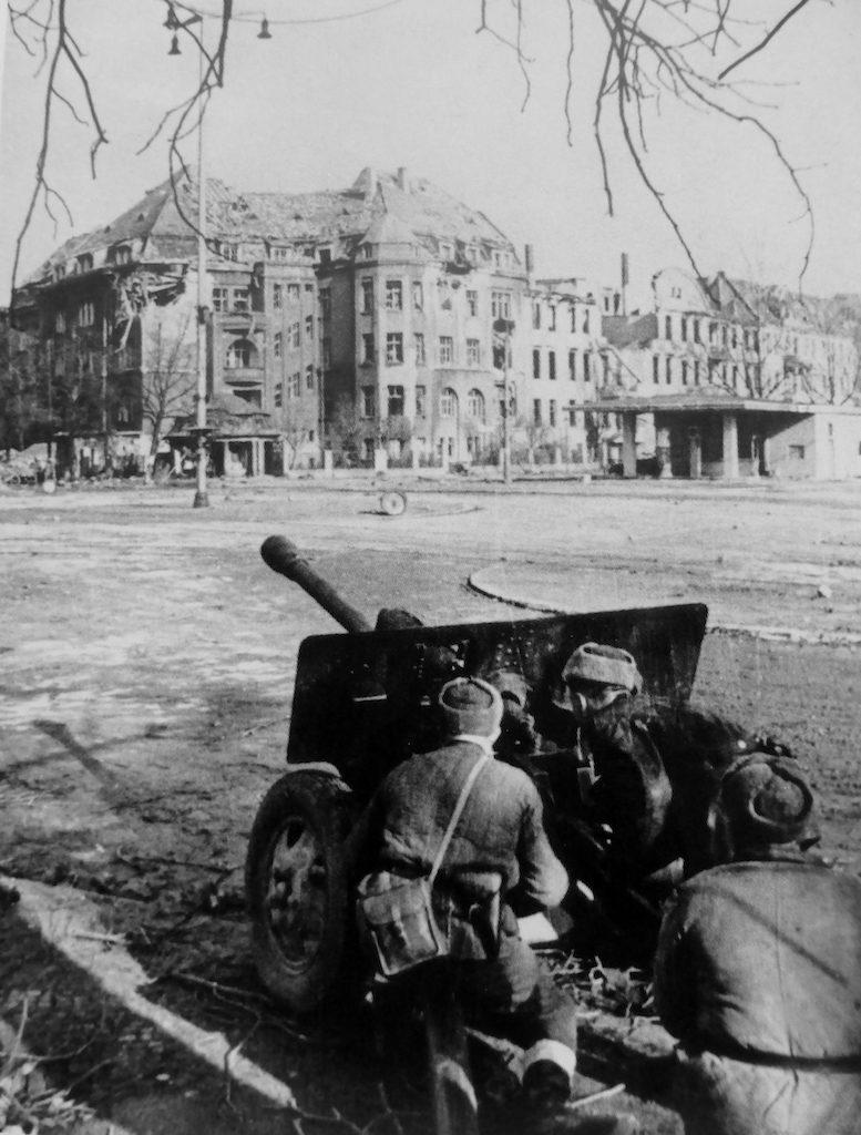Armata dywizyjna ZiS-3 (76 mm) na ul. Powstańców Śląskich