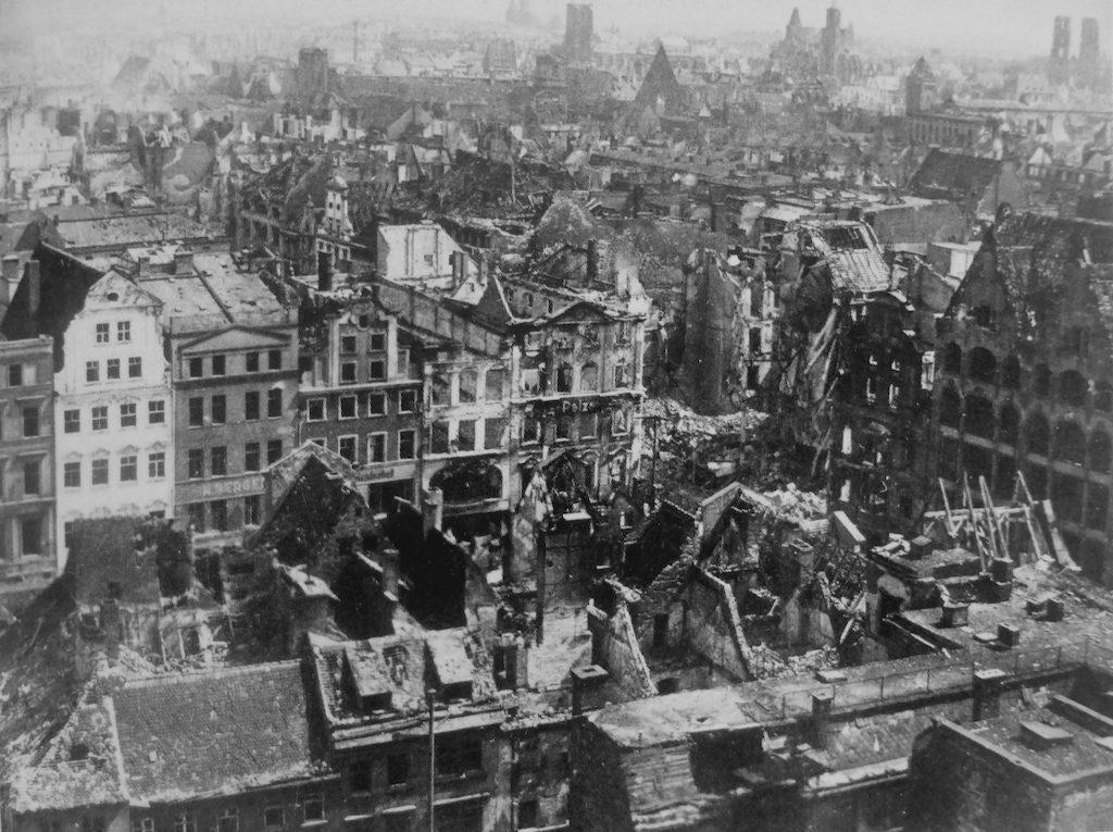 Widok na morze ruin, ok. 70% budynków Wrocławia uległo zniszczeniu