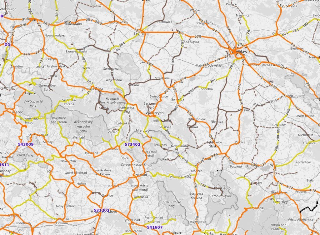Mapa linii kolejowych na Dolnym Śląsku, widać również linie wyłączone z eksploatacji i rozebrane - Źródło: www.openrailwaymap.org