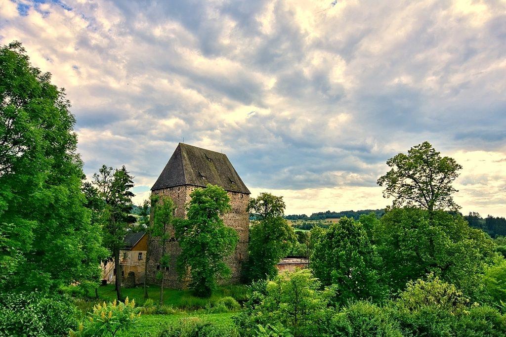 Wieża Książęca w Siedlęcinie – Szlak średniowiecznych malowideł Gór i Pogórza Kaczawskiego – Fot. Elżbieta Bojczuk