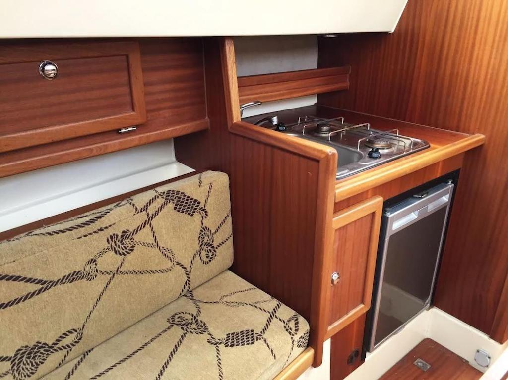 Wnętrze jachtu Sunhorse 25 - Wynajem łodzi motorowych na Mazurach