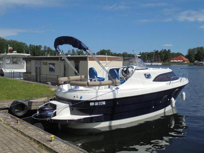 Czarter jachtu AM 780, jacht posiada 5-6 miejsc do spania, kuchnię/lodówkę, ogrzewanie WEBASTO, WC i prysznic z ciepłą wodą