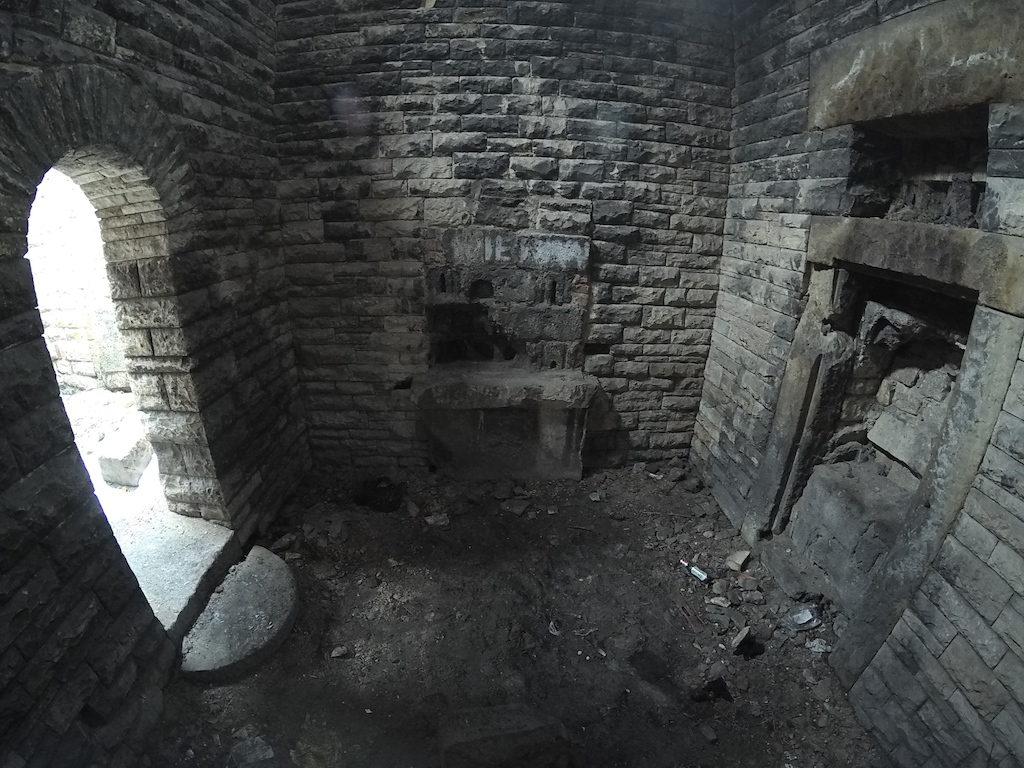 Jedno z pomieszczeń w środku budowli