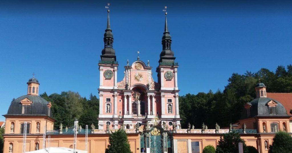 Bazylika Nawiedzenia Najświętszej Maryi Panny w Świętej Lipce – Źródło: atrakcje.mazury.pl