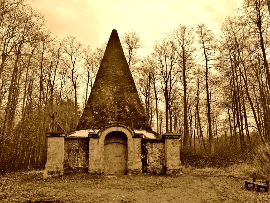 Piramida w Rapie – 10 ciekawych miejsc na Mazurach – Źródło: atrakcje.mazury.pl