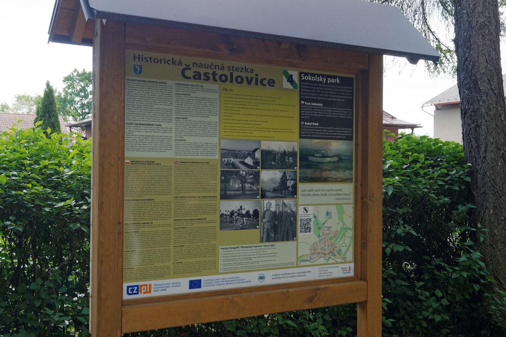 Ścieżka w Častolovicach, tablice opisują historię miejscowości również w języku polskim