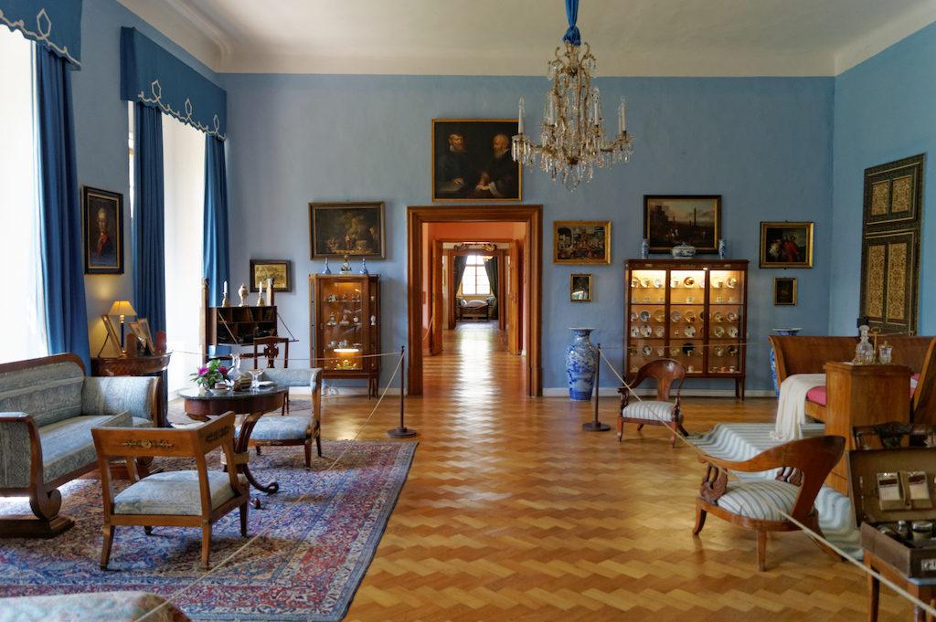 Zamek Častolovice posiada bogatą kolekcją mebli, obrazów i rodzinnych pamiątek