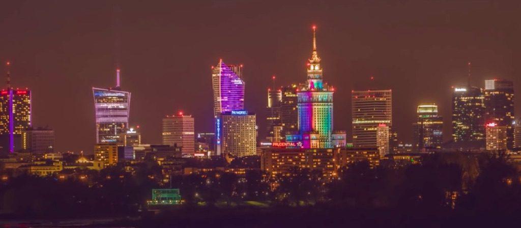 Kadr z filmy, panorama Warszawy – Źródło: www.youtube.com