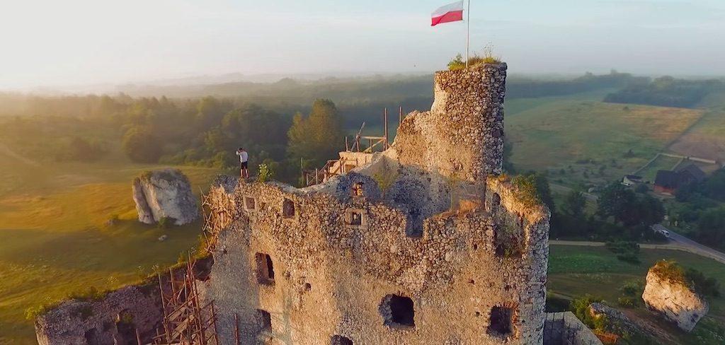 Kadr z filmy, ruiny zamku w Mirowie – Źródło: www.youtube.com