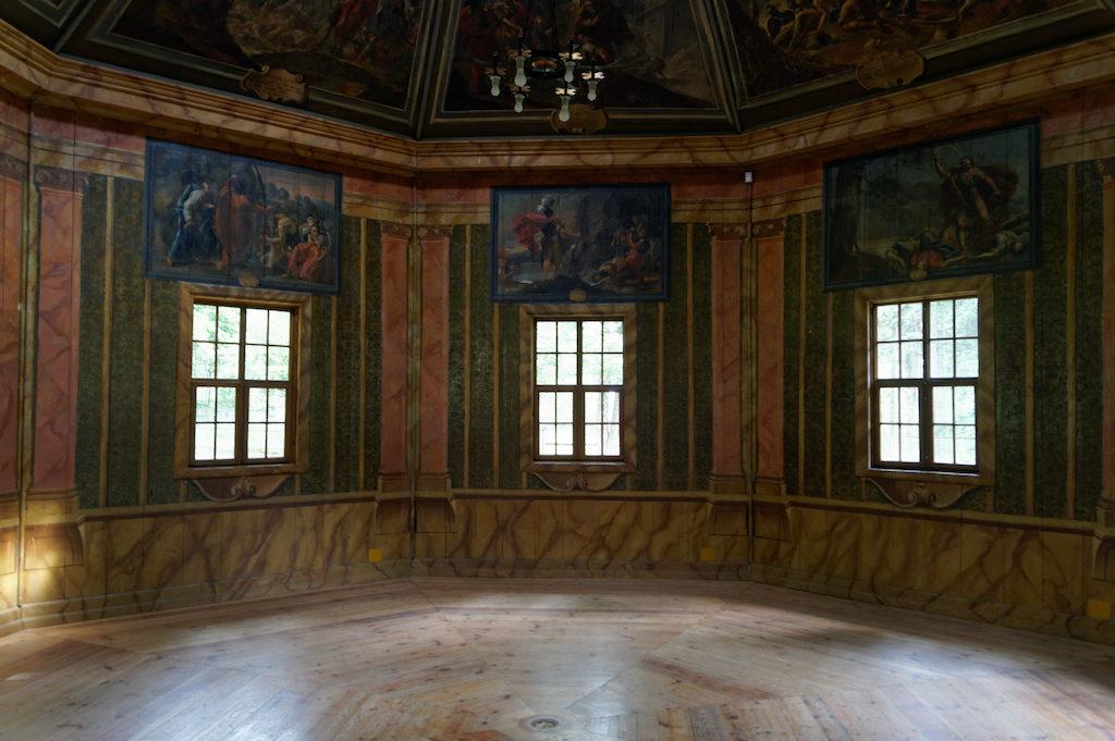 Wnętrze pawilonu na wodzie pokrywają liczne malowidła