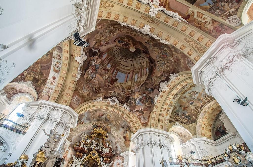 Sklepienie bazyliki zdobią freski – Foto: Adrian Sitko