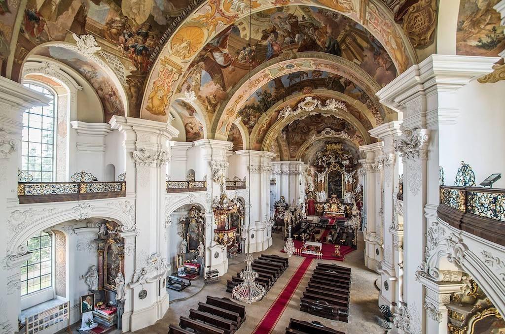 Widok na wnętrze kościoła od strony organów – Foto: Adrian Sitko