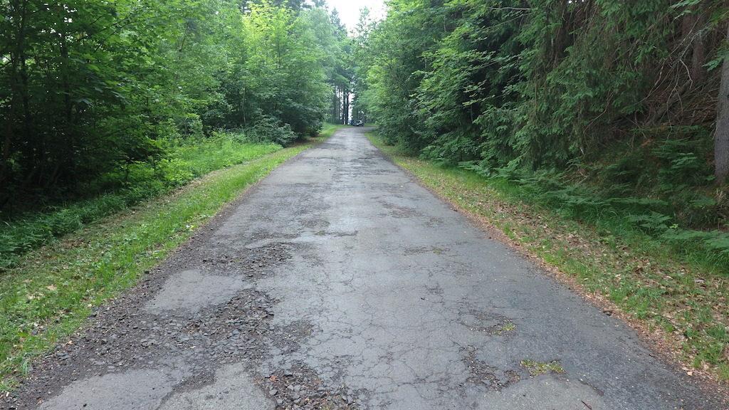 Współcześnie droga jest w fatalnym stanie, ale wciąż można nią przejechać autem