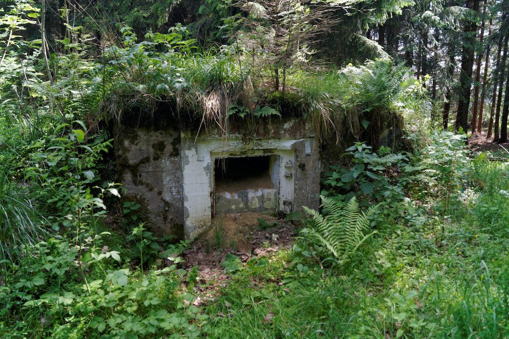 Pozostałości po mniejszym schronie nad Przełęczą nad Porębą