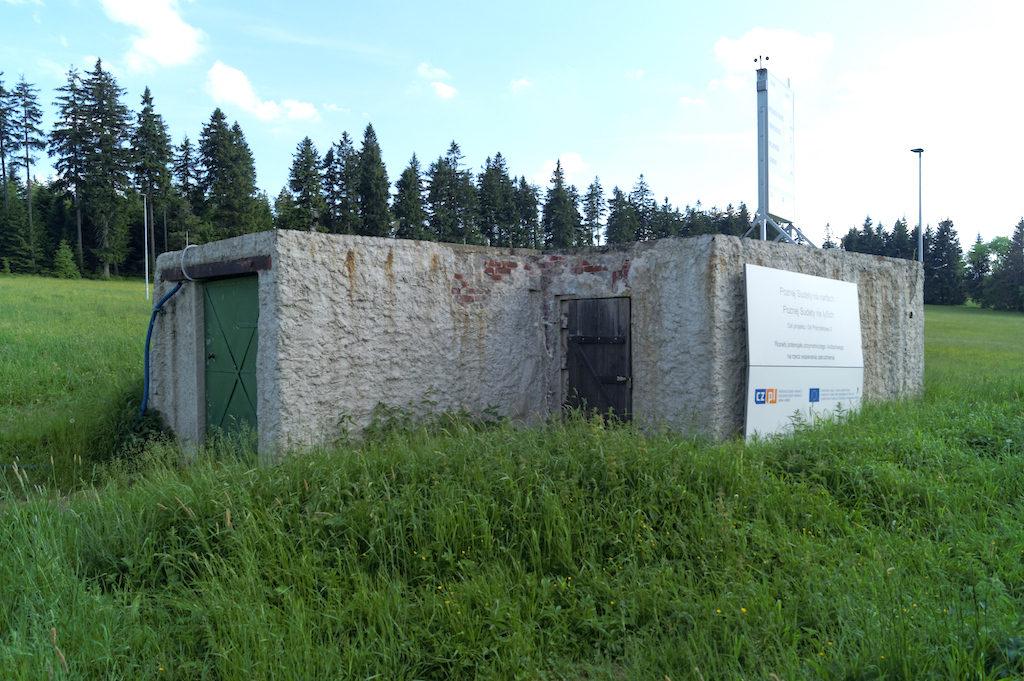 Większy schron znajdujący się na Przełęczy Spalona przy tzw. Autostradzie Sudeckiej