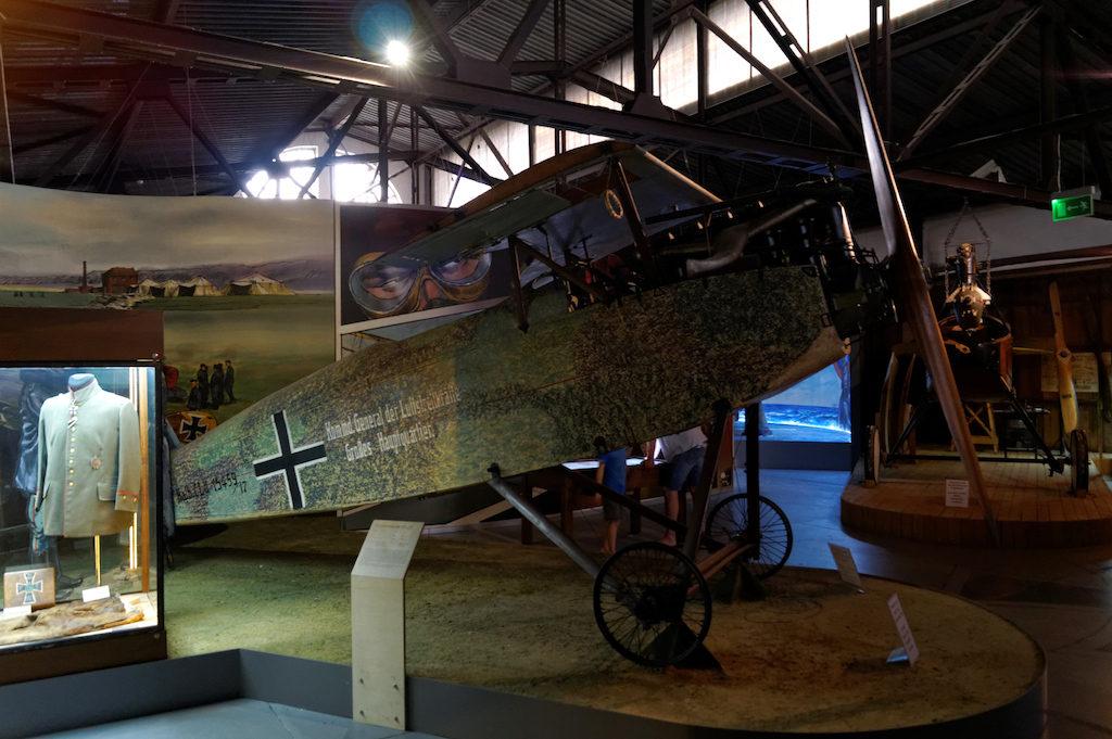 Duża część wystaw poświęcona jest historii lotnictwa, a ta nieodłącznie związana jest z losami I i II wojny światowej – Muzeum Lotnictwa Polskiego w Krakowie