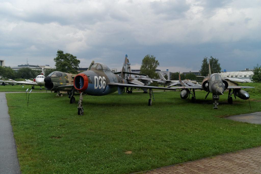 Część ekspozycji samolotów znajduje się na zewnątrz – Muzeum Lotnictwa Polskiego w Krakowie