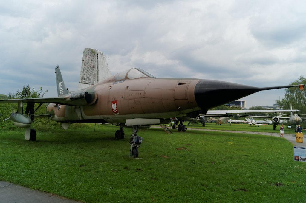Amerykański samolot myśliwsko-bombowy F-105D Thunderchief, którym latał Amerykanin polskiego pochodzenia Donald Kutyna