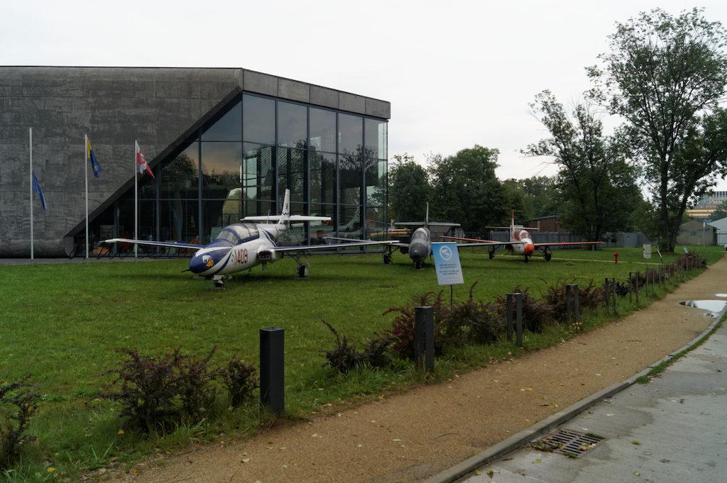 Przed wejściem do muzeum samoloty polskiej konstrukcji TS-11 Iskra