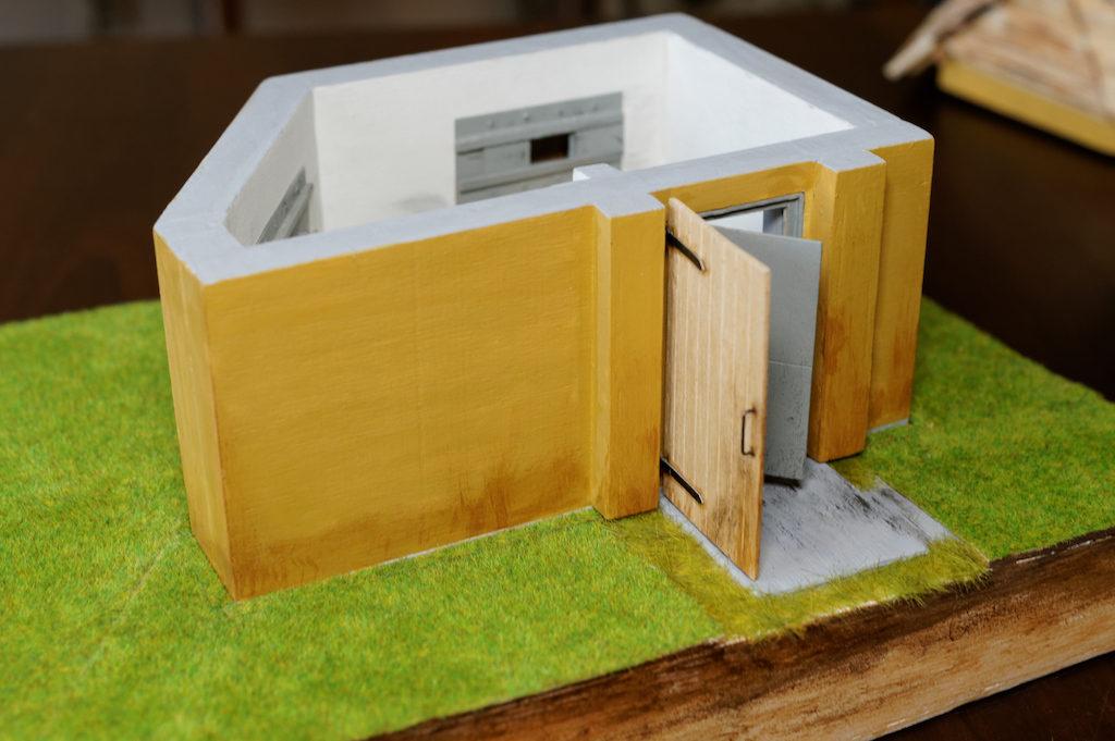 Makieta rekonstrukcja mniejszego schronu na Przełęczy Spalona – Stowarzyszenie Przyjaciół Bystrzycy Kłodzkiej