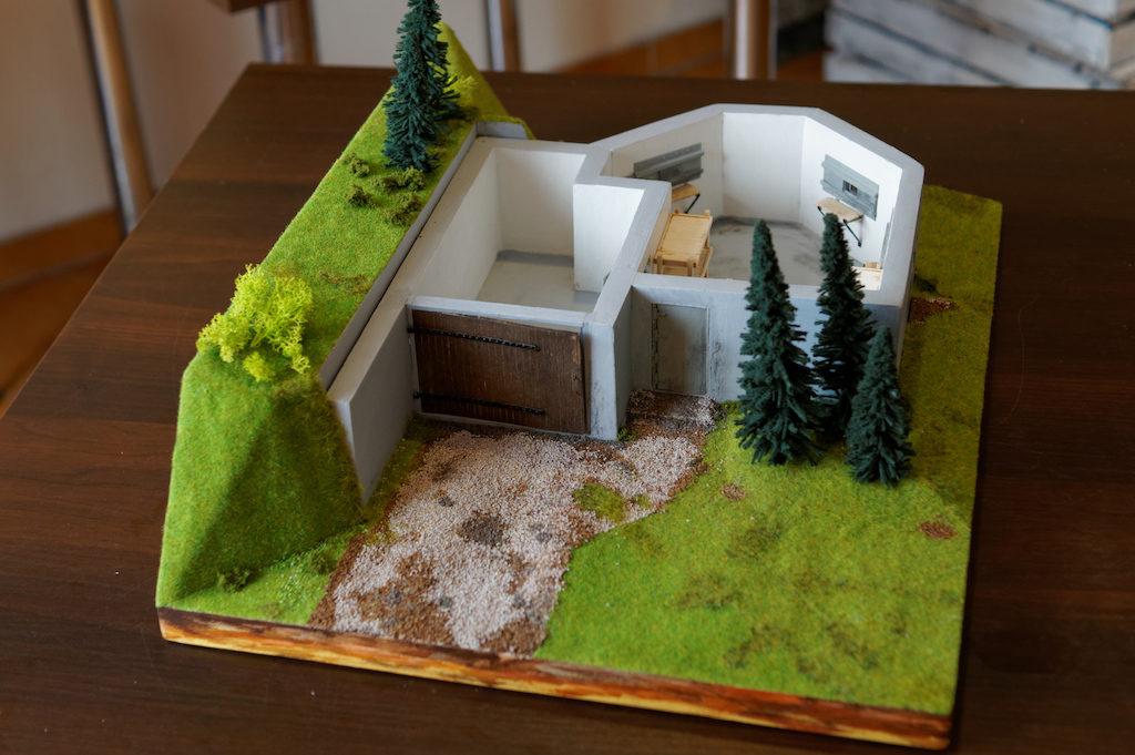 Makieta rekonstrukcja większego schronu nad Przełęczą nad Porębą – Stowarzyszenie Przyjaciół Bystrzycy Kłodzkiej
