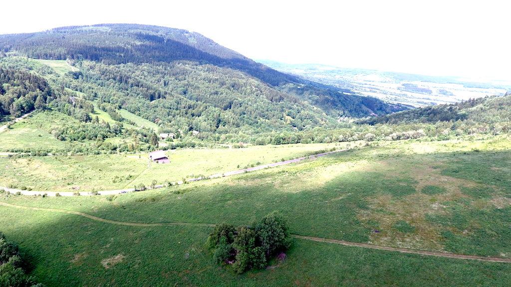 Przełęcz nad Poręba, w tle Droga Sudecka i szczyt Jagodnej – Foto: Michał Jabłoński