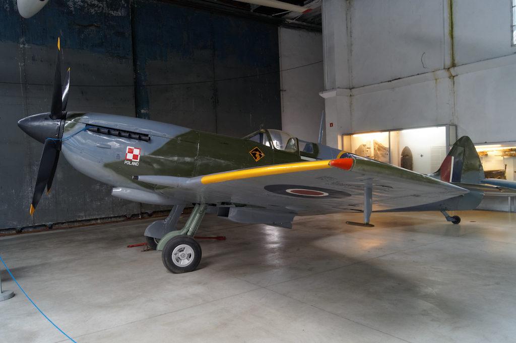 Samolot myśliwski Supermarine Spitfire LF Mk.XVIE w barwach polskiego 308. Krakowskiego Dywizjonu Myśliwskiego