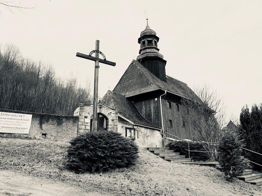 Zabytkowy drewniany kościółek w Nowej Bystrzycy